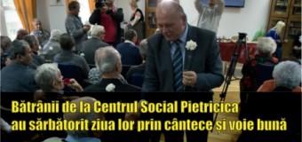 Bătrânii de la Centrul Social Pietricica au sărbătorit ziua lor, prin cântece și voie bună