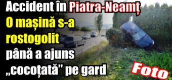 """O mașină s-a rostogolit până a ajuns """"cocoțată"""" pe gardul unei firme din Piatra-Neamț"""