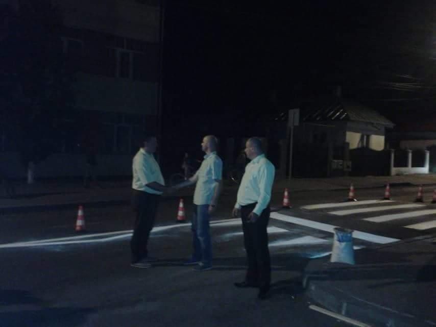 Consilierii PMP Piatra-Neamț împreună cu viceprimarul Gavrilescu, salutându-se în fața trecerii pentru pietoni supraînălțate