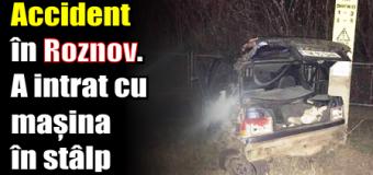 Accident în Roznov. A intrat cu mașina în stâlp